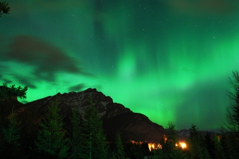 Northern_lights_over_the_mountain